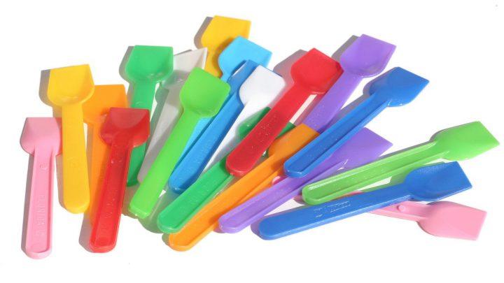 Kolorowe naczynia, łyżeczki, talerzyki
